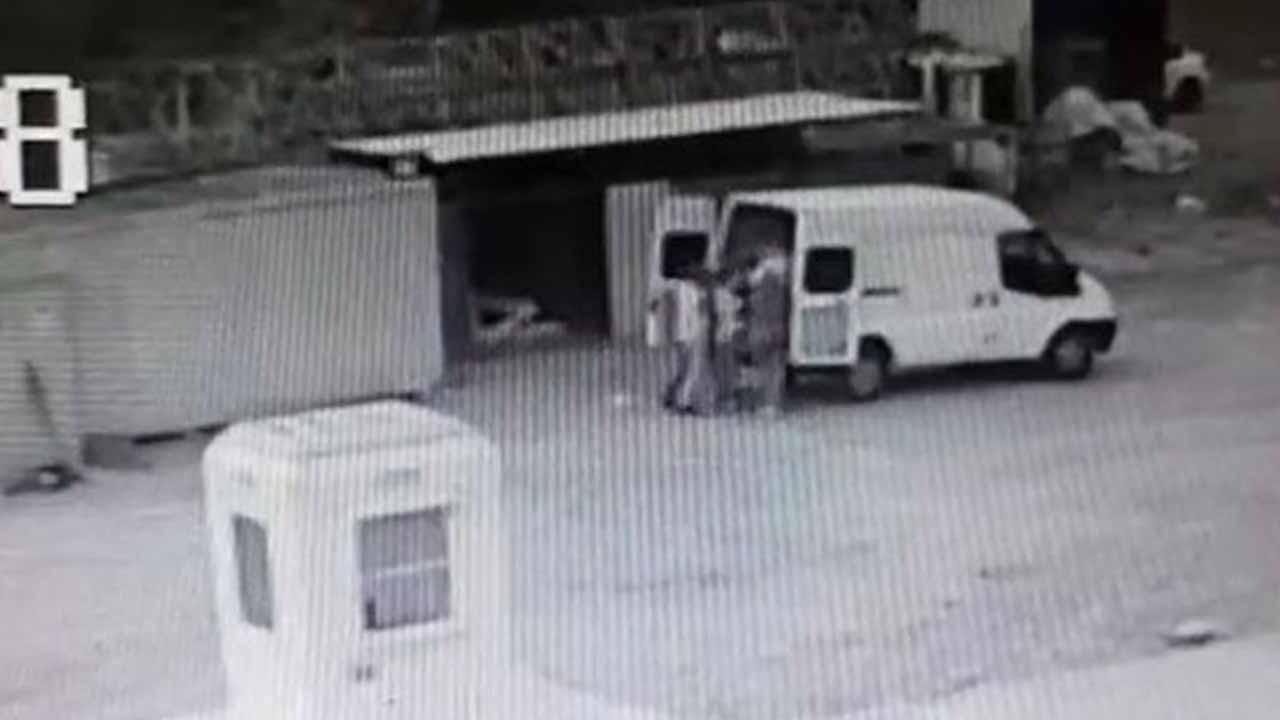 İstanbul Büyükçekmece'de iş elbiseli hırsızlar TIR'dan 1 buçuk ton fındık çaldı